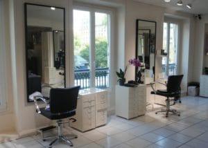 le salon de coiffure où j'utilise un lisseur
